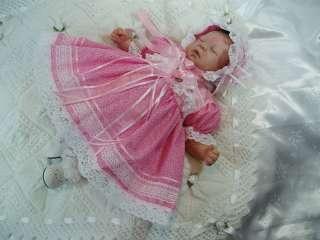 HANNAHS BOUTIQUE BABY DOLLS CLOTHES DRESS & BONNET SET REBORN NEWBORN